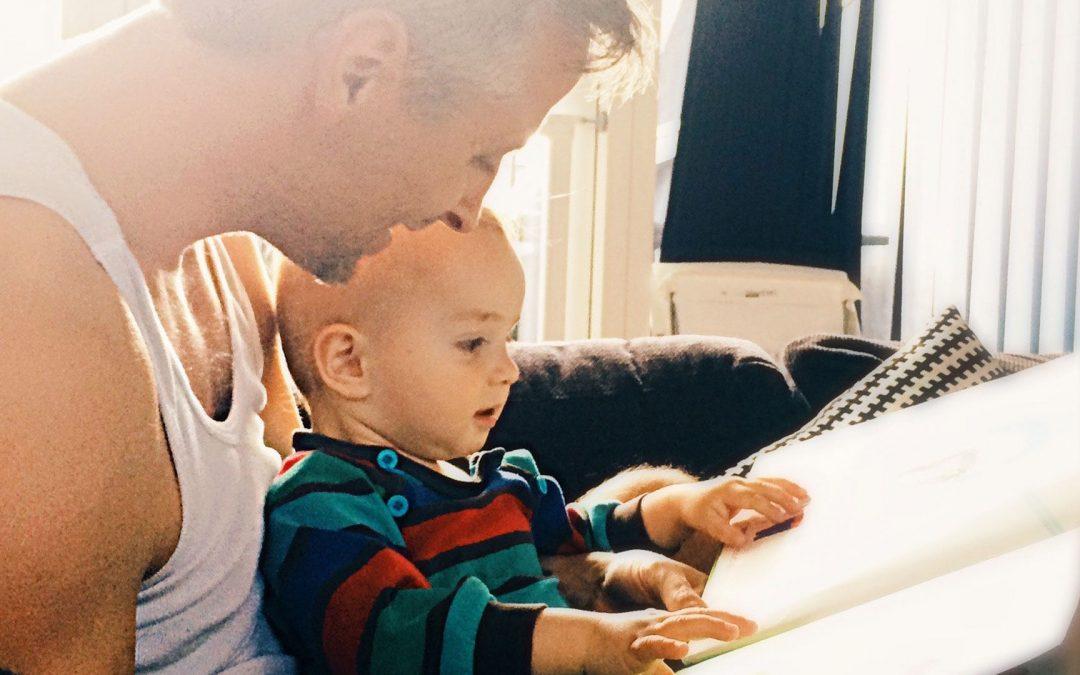 Ler em voz alta aos filhos é um evento especial e familiar